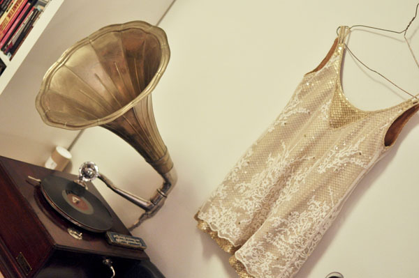 Flapper klänning och grammofon