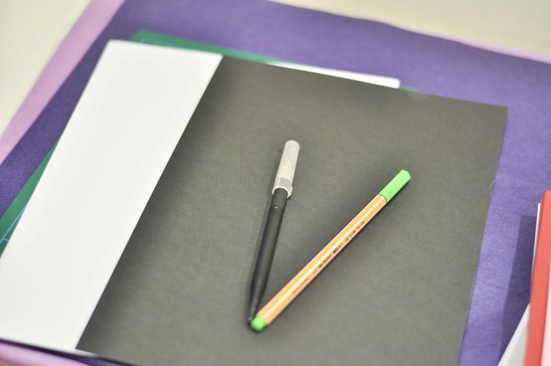 Det behövs inga dyra mönstrade papper för att slå in ett paket snygg utan  det räcker med vanliga kopieringspapper och lite fantasi. 7129721fda32a